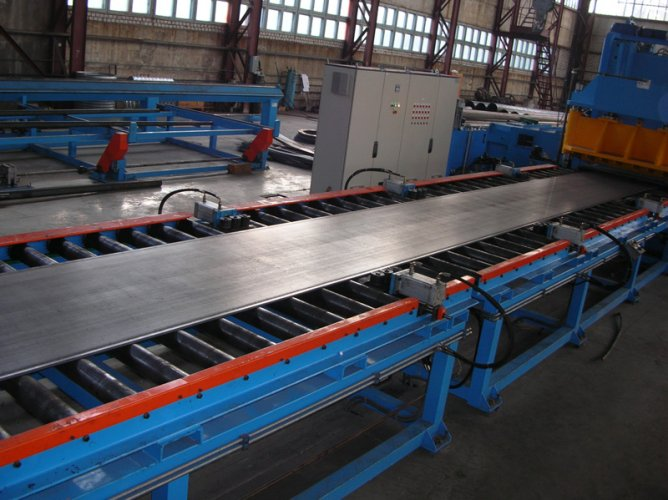 Parallelogram-sheet-on-roller-conveyor
